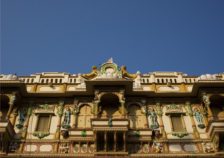 This is part of the very colourful Swaminarayan Mandir temple complex in Ahmedabad.  This is the world's first Swaminarayan temple.  Swaminarayan Sampraday is a Hindu sect, which is popular in Gujarat. Standard-Bild