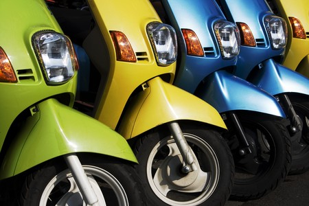 vespa: Una l�nea de ciclomotores  scooters, brillante y brillante. Se ven como si estuvieran dispuestos a ir. N�mero se ha eliminado de bicicletas y un poco de informaci�n retirado de los neum�ticos.