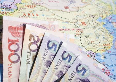 Chinese map: Algunos billetes de banco chino en un mapa chino de China. Moneda china se llama o la RMB Yuan