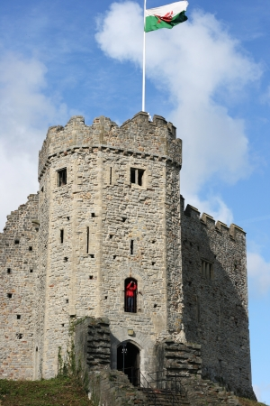 welsh flag: Castello di Cardiff in una giornata di sole, con la bandiera gallese volare su di esso