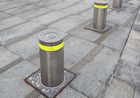 automatische stijgende bolders in voetgangersgebied Stockfoto