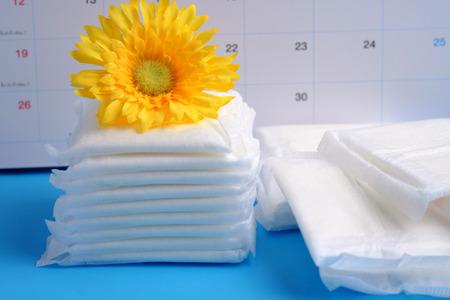 青色の背景、女性の月経周期、重要な日、選択と集中に生理用ナプキンの女性衛生保護。