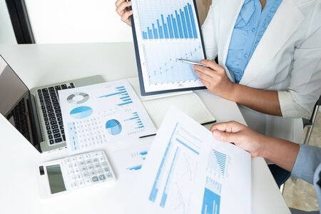 Deux femmes chefs d'entreprise discutant des tableaux et des graphiques montrant les résultats. Banque d'images
