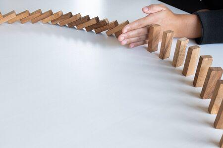 blocchi di arresto della mano gioco di legno, gioco d'azzardo posizionando il blocco di legno. Concetto Rischio di gestione e piano strategico, proteggere il business verso il successo.
