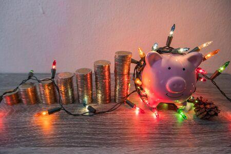 粉红色的存钱罐与党的光线,为活动中储蓄的事件组织一个派对,以便在各种节日中使用。
