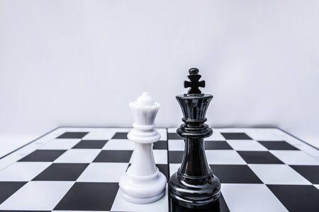 Szachownica pokazuje przywództwo, zwolenników i strategie sukcesu biznesowego.