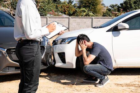 De autoverzekeringsagent controleert de plaats van het ongeval. Van de klant, samen met het formulier en de handtekening van de klant voor autoschades En de claim afhandelen. Stockfoto