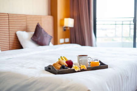 Focus on fruit. In a hotel room with fruit, place a tray on the bed to welcome the arrival of VIP guests. Stockfoto