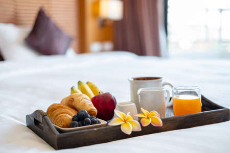 Focus on fruit. In a hotel room with fruit, place a tray on the bed to welcome the arrival of VIP guests. Reklamní fotografie