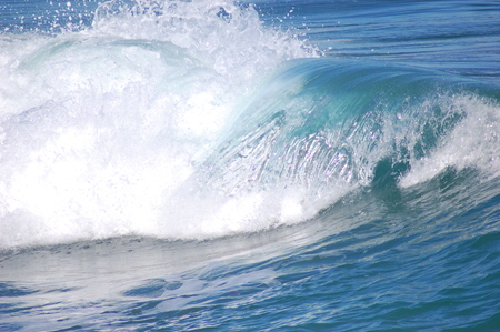 beautiful foamy wave in the blue sea Imagens