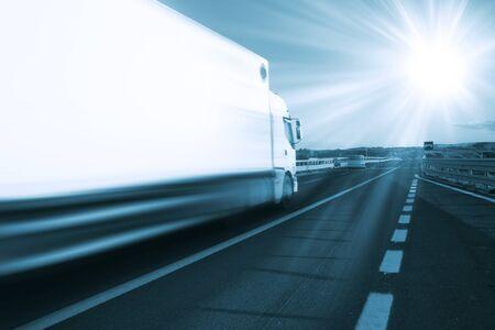 Autotransportwagen auf der Straße