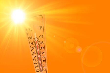 Ilustración naranja que representa el caluroso sol de verano y el termómetro ambiental que marca una temperatura de 45 grados. Foto de archivo