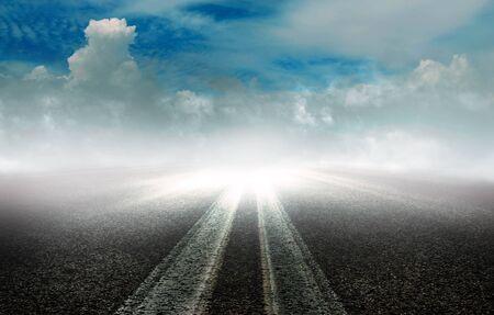 Ein langer Weg bis zum Horizont durch die Landschaft