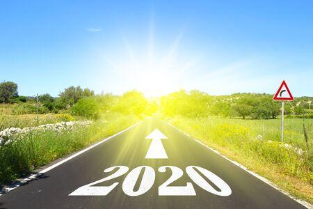 Autobahn mit geschriebenem 2020 mit Pfeil und Sonne