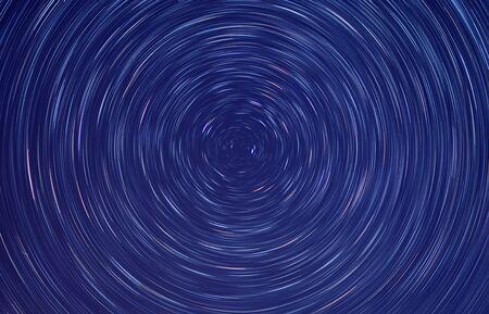 Die Sterne, die sich im Dunkeln der Nacht drehen