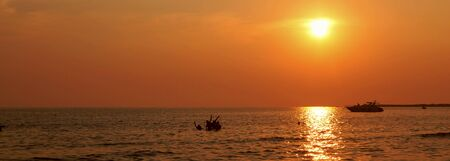 Orange sunset over the sea is a yacht offshore Banque d'images