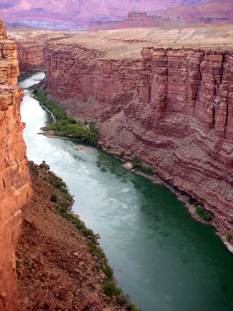 colorado river through colorful canyon         Imagens