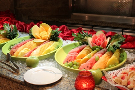 Slices of tropical fruit displayed at the buffet Imagens