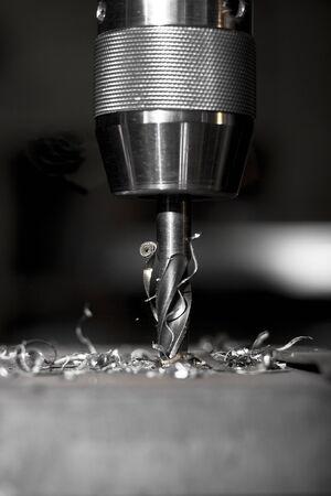 scharfe Metall Dill in Aktion ein Loch in eine Metallplatte