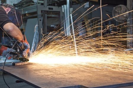 meuleuse: �tincelles lors de m�tal de broyage dans une usine d'acier Banque d'images