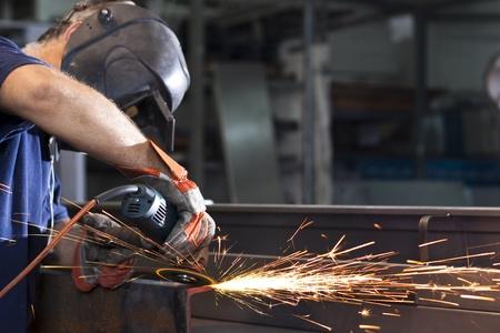 soldador: chispas durante el trabajo con el acero en la f�brica