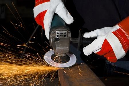 molinillo: naranja chispas en metal pulido en la planta de industria pesada Foto de archivo