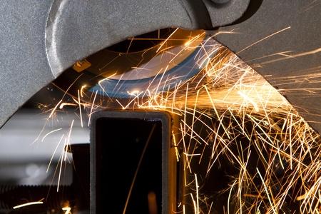 molinillo: Sierra de corte de metales echando chispas todo