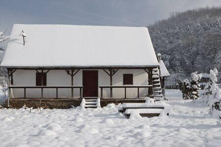 Maschinenbordbuch-Kabine in der Gesamtstruktur mit frischen Schnee bedeckt  Standard-Bild