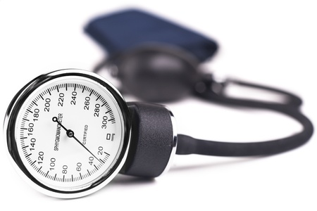 hipertension: La presi�n arterial metros equipo m�dico aislado en blanco