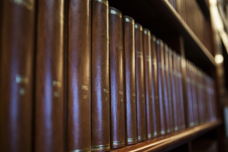 Boekenplank in een kerk bibliotheek vol met bruine boeken