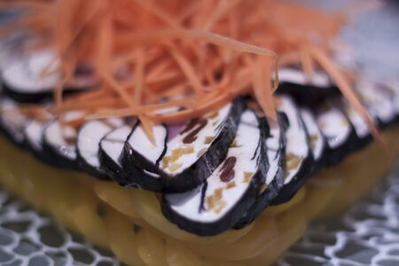 ornated: Sushi palo ornato con cetrioli e peperoni su una piastra Archivio Fotografico