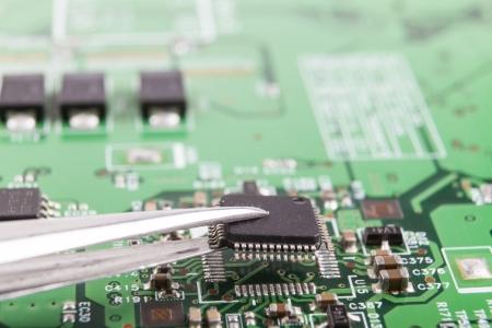 ピンセットで電子回路基板上のマイクロ チップをマウント