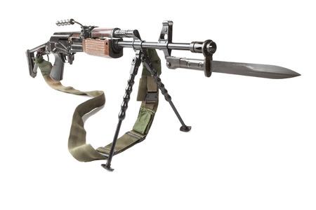 baionetta: vecchia mitragliatrice con treppiede e baionetta isolato su bianco