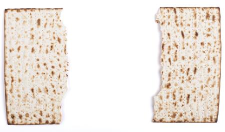 pesaj: Roto en medio tradicional de P�saj jud�o textura Matza sustituto del pan aislado en el fondo blanco