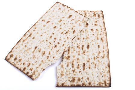 pesaj: Broken tradicional sustituto jud�a pan Pesaj textura Matza aisladas sobre fondo blanco