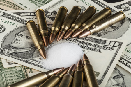 bullets on dollar banknotes with white drug powder 版權商用圖片
