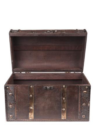 cofre del tesoro: Pecho viejo de madera cerrado aislado en el fondo blanco Foto de archivo