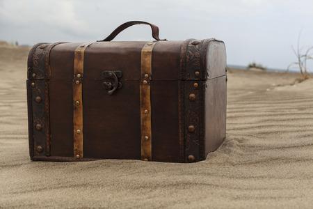 isla del tesoro: Cofre del tesoro en las dunas de arena en la playa