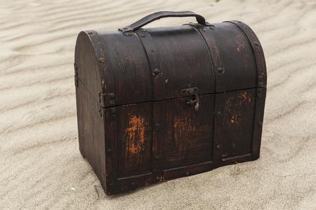 isla del tesoro: Cofre del tesoro en las dunas de arena en una playa