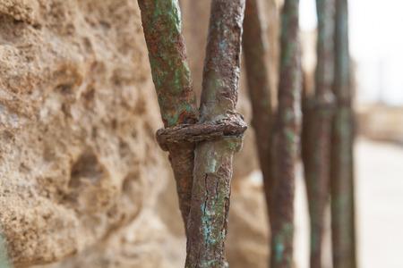 rejas de hierro: valla oxidada barras de hierro azules viejos macro abstracta Foto de archivo