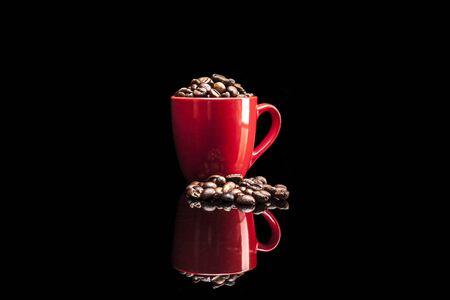 reflexion: Copa y caf� aislados sobre fondo negro con la reflexi�n