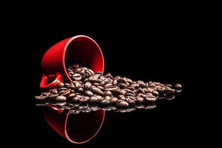 reflexion: El café y la taza aisladas sobre fondo negro con la reflexión