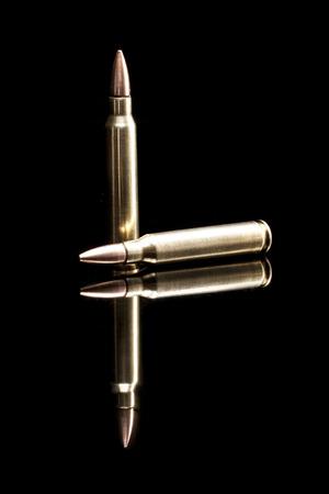 reflexion: Las balas aisladas sobre fondo negro con la reflexi�n Foto de archivo