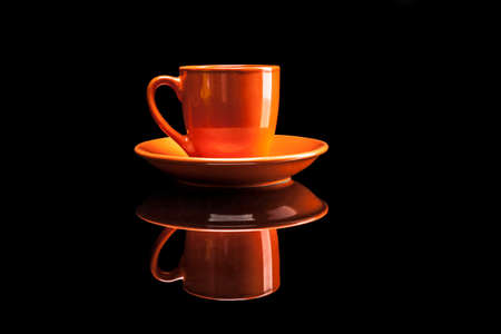 reflexion: Copa naranja aislada sobre fondo negro con la reflexión