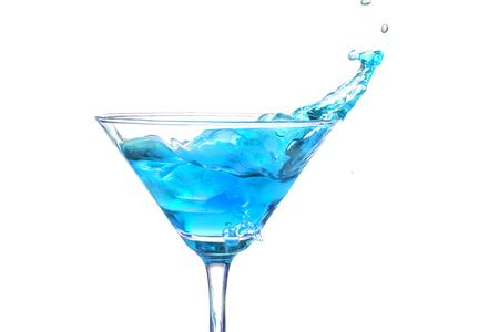 copa martini: Splash en un vaso de martini en el fondo blanco Foto de archivo