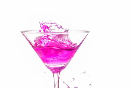 copa martini: close up vaso de martini con c�ctel de color rosa sobre fondo blanco