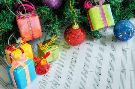 caja de regalo para las decoraciones del árbol de navidad con notas de música