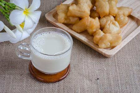 leche de soya: frijoles de soya y la leche de soja en el fondo de saco Foto de archivo