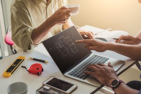 Homme ingénieur travaillant avec l'inspection des dessins sur le lieu de travail au bureau. Outils d'ingénierie et concept de construction. architecte et concept d'entreprise.