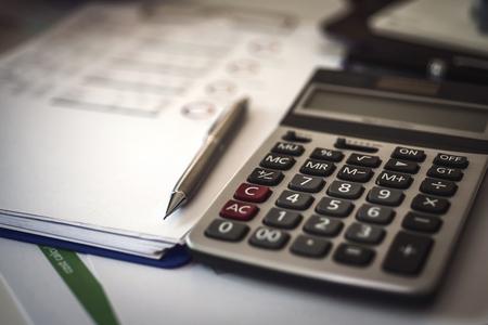 Calcolatrice per la fattura sul posto di lavoro del commercialista. Concetto di contabilità. Archivio Fotografico